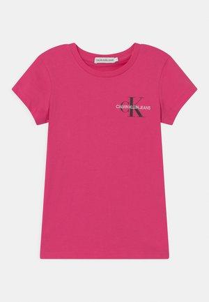 CHEST MONOGRAM - Jednoduché triko - pink