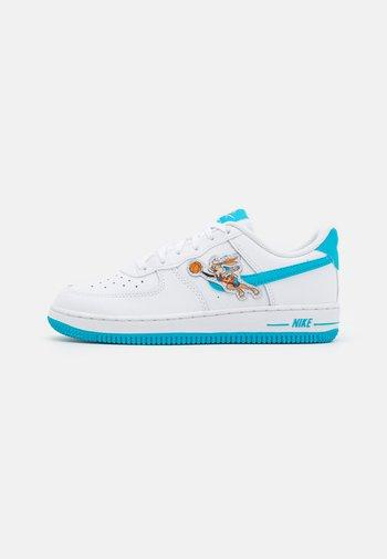 FORCE 1 SPACE JAM UNISEX - Sneakers basse - white/light blue fury/white