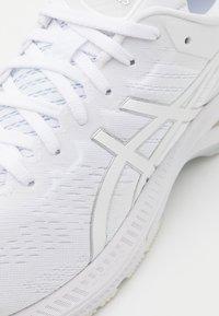ASICS - GEL-KAYANO 27 - Scarpe da corsa stabili - white/pure silver - 5