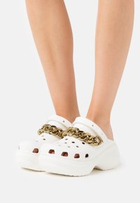 Crocs - CLASSIC  - Heeled mules - white/gold - 0