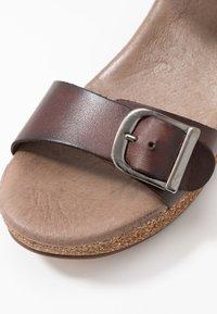 Pavement - CAMILLA - Sandály na platformě - brown - 5