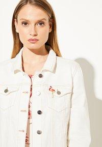 comma - MIT BROSCHE - Denim jacket - white - 2
