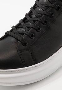 KARL LAGERFELD - KAPRI MID  - Sneakersy wysokie - black - 5