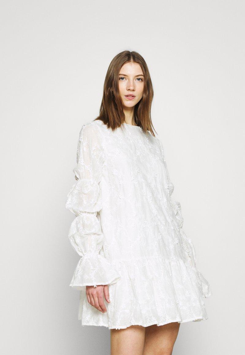 NA-KD - SLEEVE DETAIL DEEP BACK DRESS - Koktejlové šaty/ šaty na párty - white