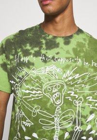 Vintage Supply - SKELETON SLOGAN GRAPHIC TYE DYE - Print T-shirt - green - 5