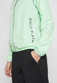 ONLY Play - ONPPERFORMANCE RUN JACKET - Sports jacket - green ash/black - 3