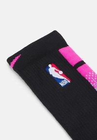 Nike Performance - NBA MIAMI HEAT CITY EDITION ELITE CREW SOCK - Sports socks - black/laser fuchsia - 1