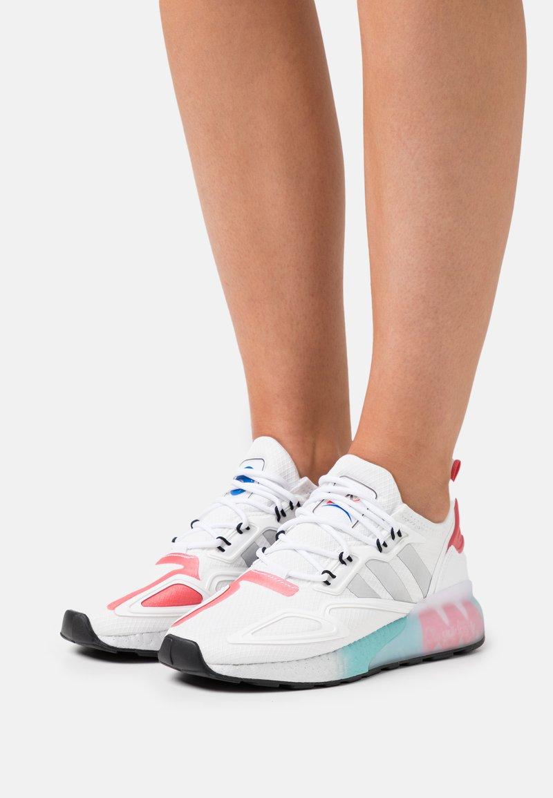 adidas Originals - ZX 2K BOOST - Zapatillas - footwear white/silver metallic/hazy rose