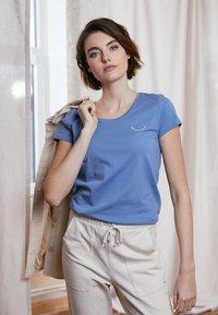 TOM TAILOR DENIM - Print T-shirt - soft mid blue - 1