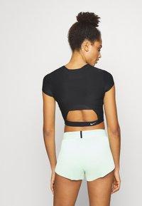 Nike Performance - CITY RUN - T-shirt imprimé - black/reflective black - 2