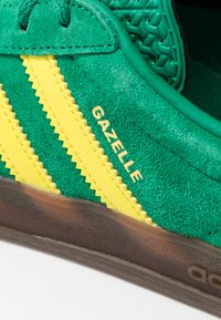 adidas Originals - GAZELLE INDOOR - Sneakers laag - green/yellow - 5