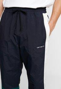 Carhartt WIP - BARNES PANT - Pantalones deportivos - dark navy / dark fir - 4