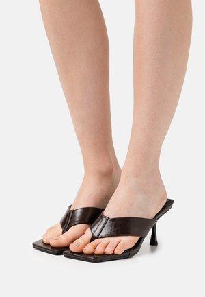 JOSEFINE - Sandály s odděleným palcem - chocolate