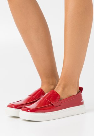 SQUARED LOAFER - Mocasines - red