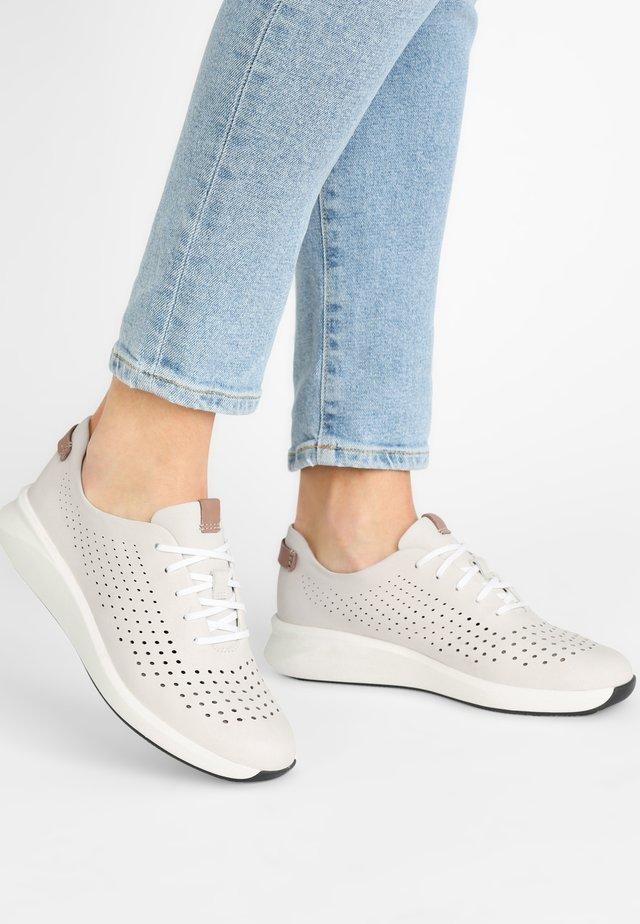 UN RIO TIE - Sneakers laag - white