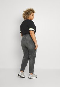 Tommy Jeans Curve - MOM JEAN - Relaxed fit jeans - tova grey com - 2