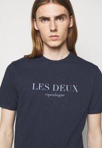 Les Deux - AMALFI  - Print T-shirt - dark navy - 4