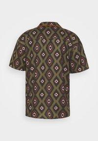 Mennace - PEACOCK PATTERN REVERE SHIRT - Shirt - dark green - 7