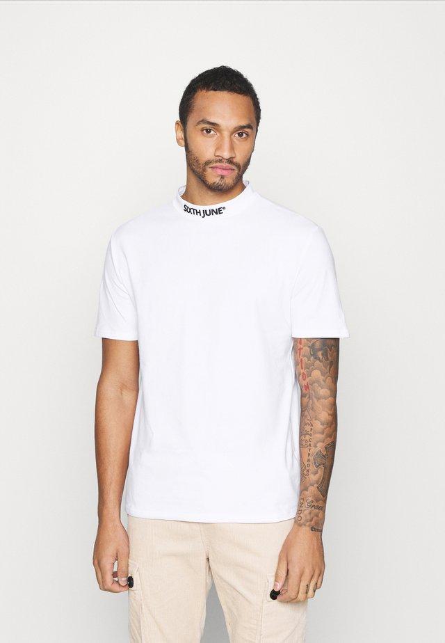 HIGH NECK TEE - T-Shirt print - white