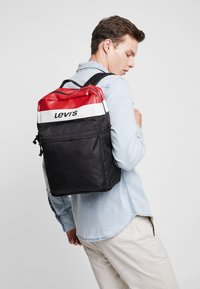 Levi's® - PACK STANDARD ISSUE COLORBLOCK - Reppu - brilliant red - 1
