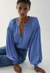Massimo Dutti - MIT RAFFUNGEN - Blouse - light blue - 2