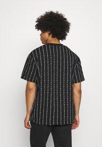 Karl Kani - SIGNATURE LOGO PINSTRIPE TEE - T-shirt z nadrukiem - black - 2