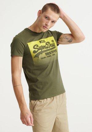 HALFTONE EMBOSS TEE - T-shirt med print - olive night