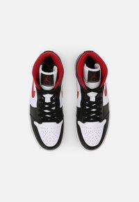Jordan - AIR 1 MID - Sneakers hoog - white/gym red/black - 5