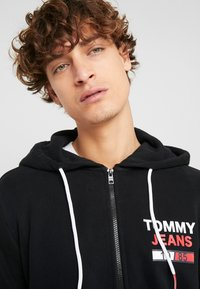 Tommy Jeans - ESSENTIAL GRAPHIC ZIP TROUGH - Mikina na zip - black - 5