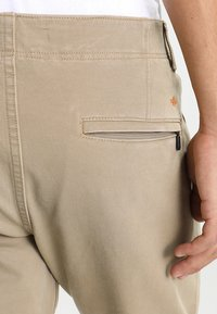 DOCKERS - SMART FLEX ALPHA LIGHTWEIGHT TEXTURED - Chinos - british khaki - 5