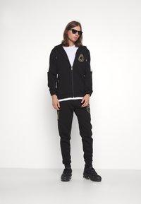 Glorious Gangsta - RAYLOW HOOD - Zip-up sweatshirt - jet black/gold - 1