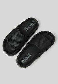 Bershka - Sandály do bazénu - black - 3