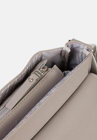SURI FREY - JESSY - Across body bag - taupe - 8