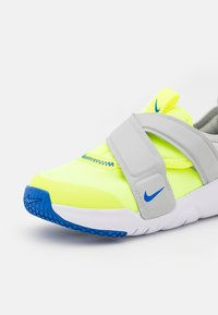 Nike Sportswear - FLEX ADVANCE UNISEX - Zapatillas - volt/game royal/grey fog - 5