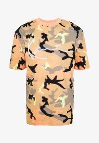 Karl Kani - UNISEX SIGNATURE CAMO TEE - T-Shirt print - camel/black/coral/yellow - 5