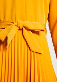 Closet - CLOSET PLEATED SHIRT DRESS - Maxi dress - rust - 5