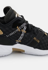 Jordan - WHY NOT ZER0.4 BG UNISEX - Chaussures de basket - black/white/metallic gold - 5