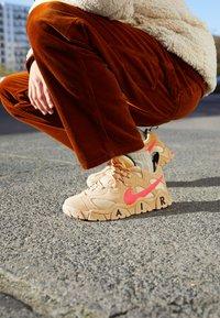 Nike Sportswear - AIR BARRAGE UNISEX - Sneakers basse - tan/laser crimson/white onyx/black - 2