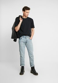 Calvin Klein Jeans - MONOGRAM SLEEVE BADGE TEE - T-shirt basic - black - 1