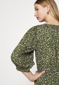 ONLY - ONLTHORA BELT DRESS - Day dress - clover/blurry - 4