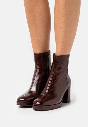 BORIS - Kotníkové boty na platformě - brillant marron