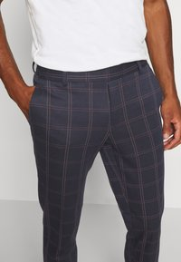 Only & Sons - ONSELIAS CHECK  PANTS - Kalhoty - dress blues - 4