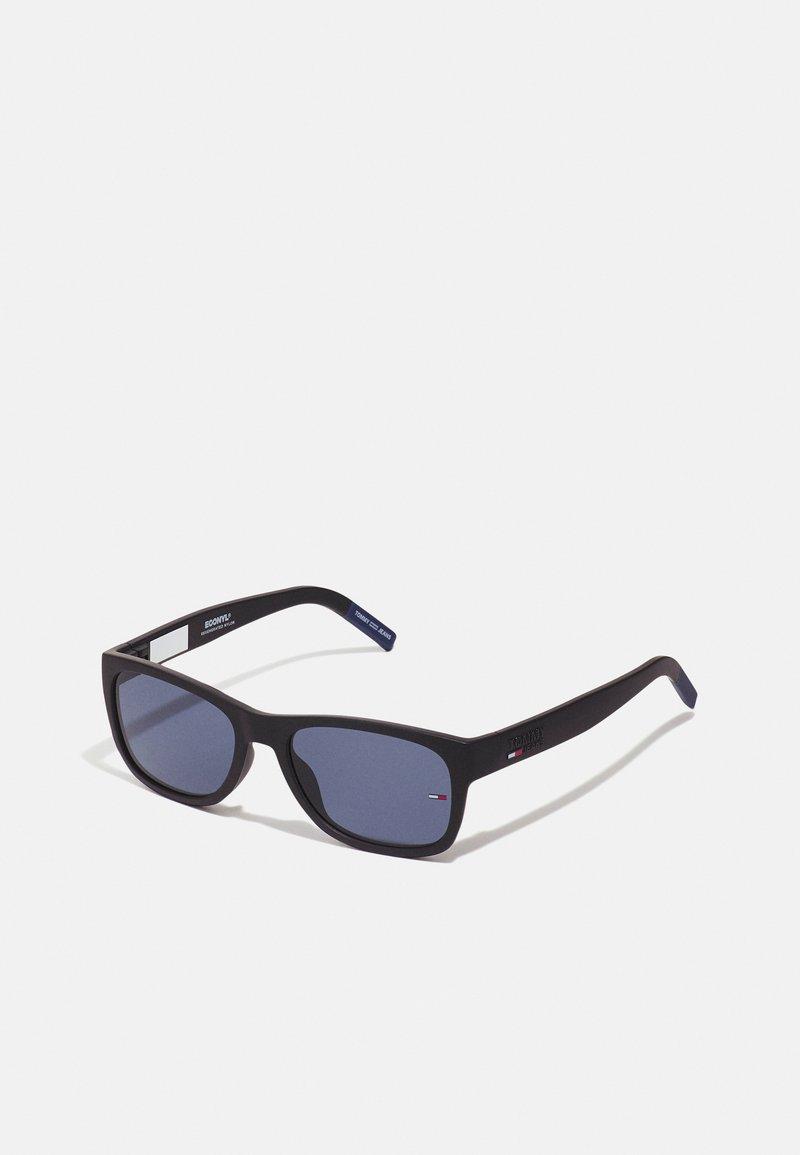 Tommy Jeans - UNISEX - Sluneční brýle - matte black/blue
