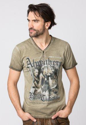 ALPENHERO - Print T-shirt - sand