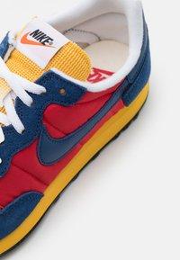 Nike Sportswear - CHALLENGER OG UNISEX - Tenisky - university red/coastal blue/solar flare/white/black - 5