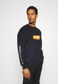 Mennace - UNISEX SPRAY PAINT  - Sweatshirt - washed black - 4