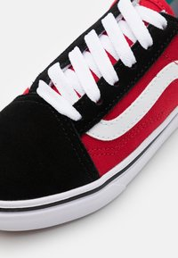 Vans - COMFYCUSH OLD SKOOL - Trainers - black/red - 5
