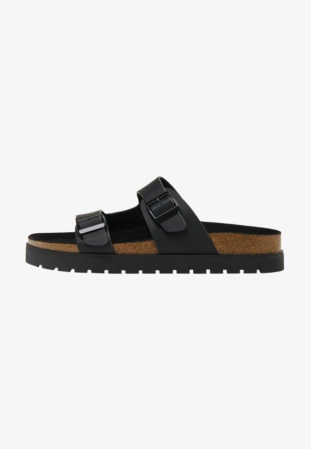 MIT RIEMEN UND SCHNALLEN - Pantofle - black