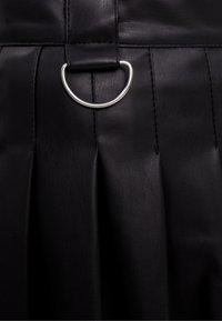 Bershka - MIT KELLERFALTEN - Pleated skirt - black - 5