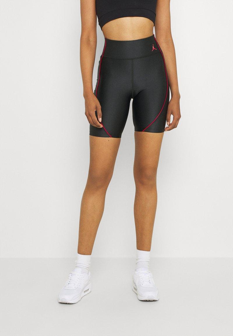 Jordan - ESSEN LEG - Shorts - black/university red